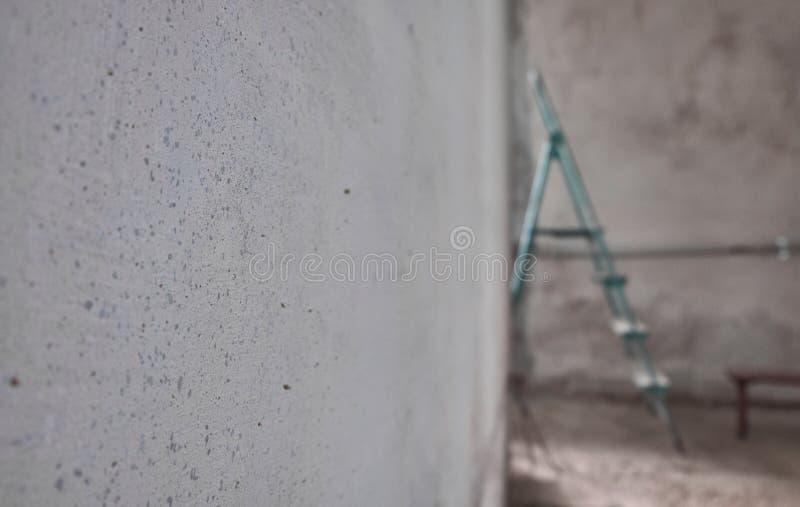 Escada em uma sala inacabado vazia foto de stock royalty free