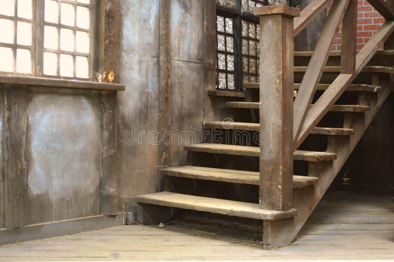 Escada empoeirada de madeira velha com um corrimão imagem de stock