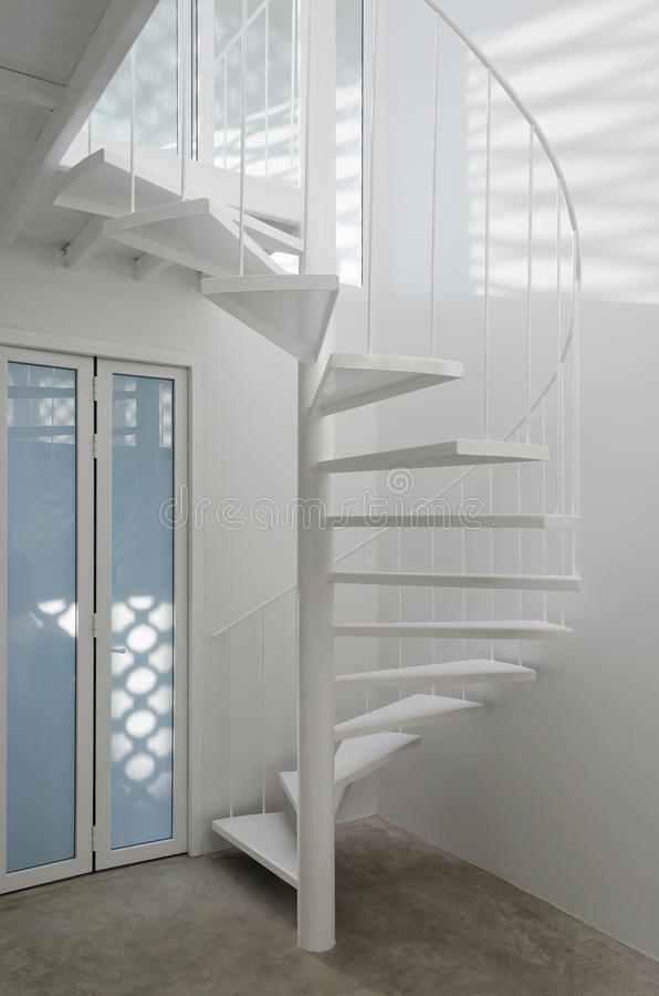 Escada espiral branca na sala moderna imagens de stock