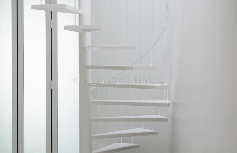 Escada espiral na sala moderna fotos de stock