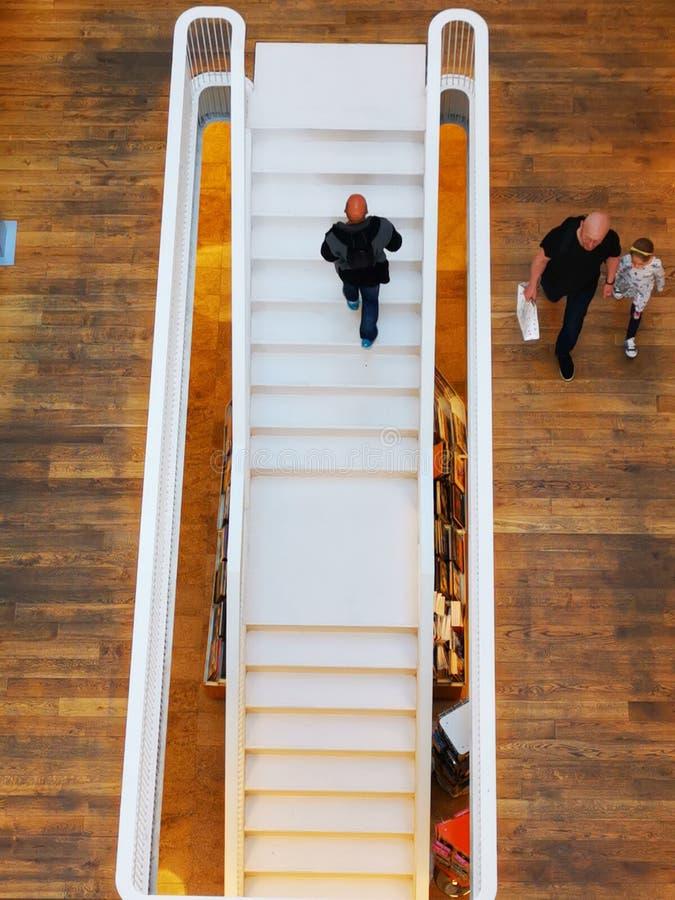 A escada interna na livraria de Carturesti em Bucareste, Romênia fotografia de stock