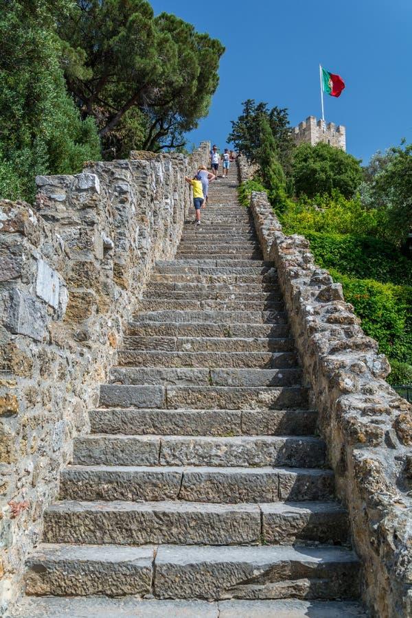 Escada longa no Sao Jorge Castle em Lisboa, Portugal fotos de stock royalty free