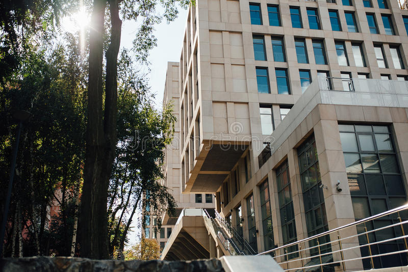 A escada moderna do metal no prédio de escritórios imagem de stock royalty free