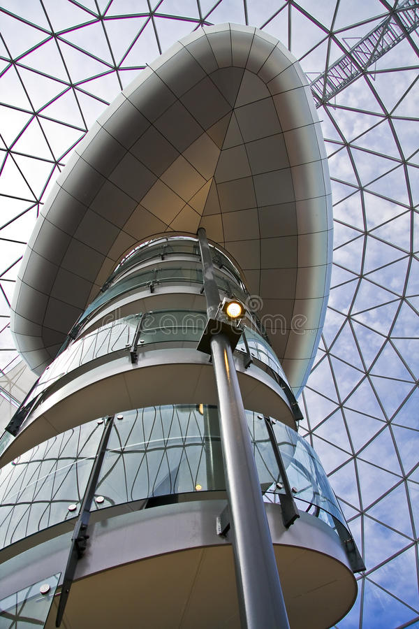 Escada moderna que vão acima e elevador belfastban em a fotos de stock