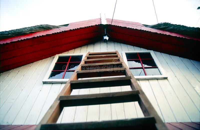 Escada no lado da casa foto de stock royalty free