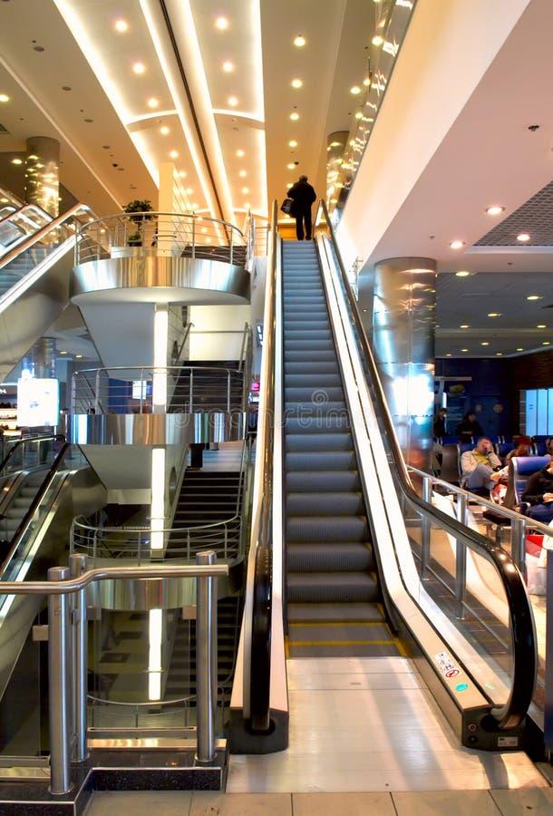 Escada no salão do aeroporto imagem de stock