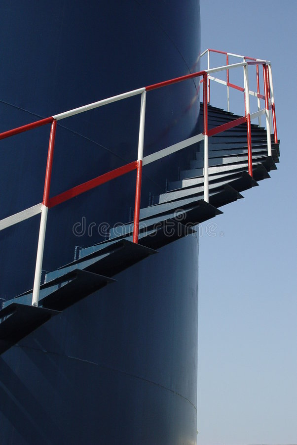 Escada no tanque de armazenamento do petróleo imagens de stock