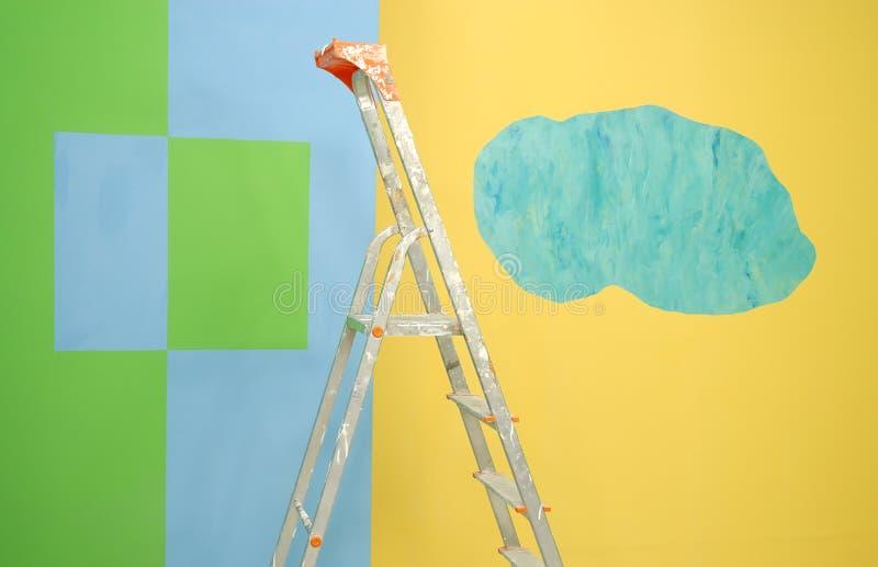 Escada por paredes pintadas