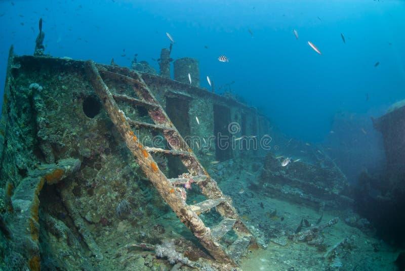 Escada que conduz à plataforma da curva de um shipwreck. fotografia de stock