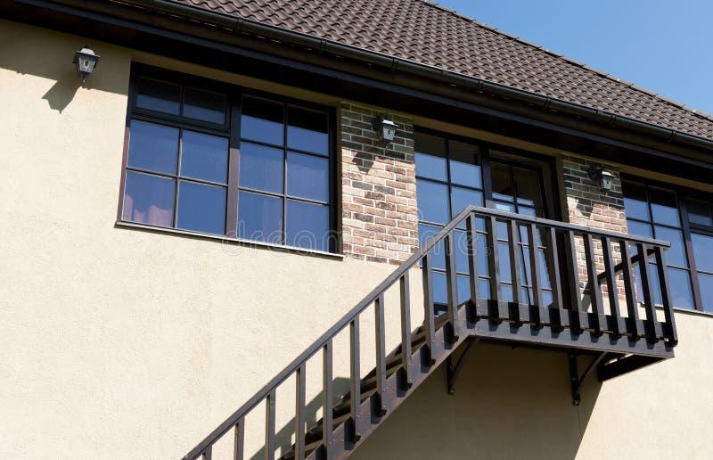 Escada que conduz a uma porta em uma parede bege do estuque fotos de stock royalty free