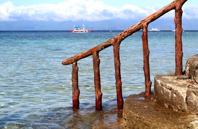 Escada que vai para baixo ao mar no fundo do barco fotos de stock
