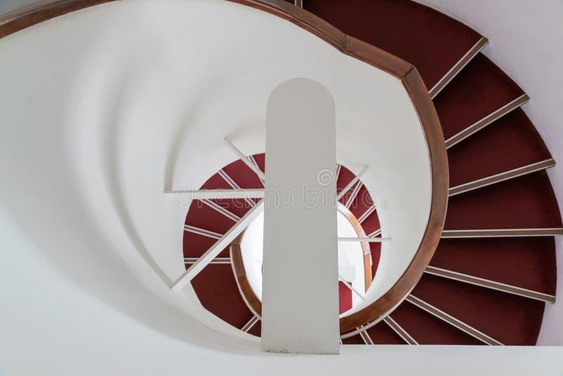 Escada redonda com etapa vermelha fotografia de stock royalty free