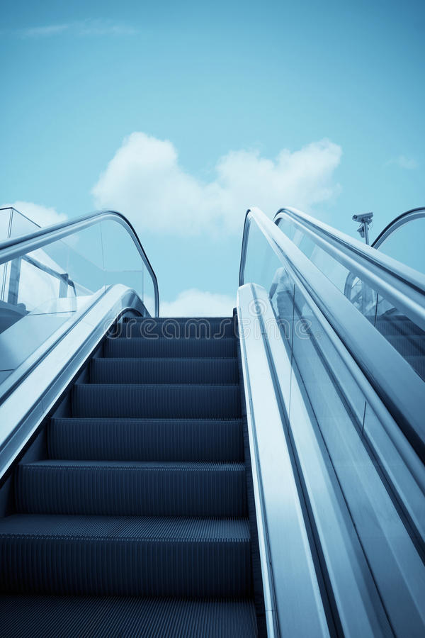 Escada rolante ao céu fotos de stock royalty free