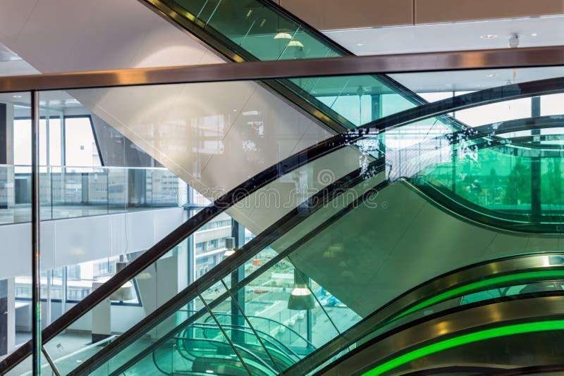 Escada rolante com iluminação verde no prédio de escritórios moderno imagem de stock royalty free