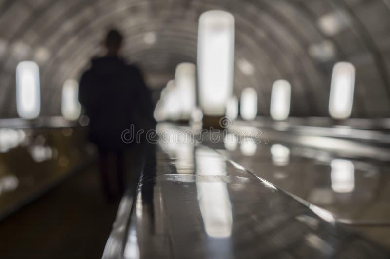 Escada rolante da escadaria dentro da estação de metro subterrânea foto de stock royalty free