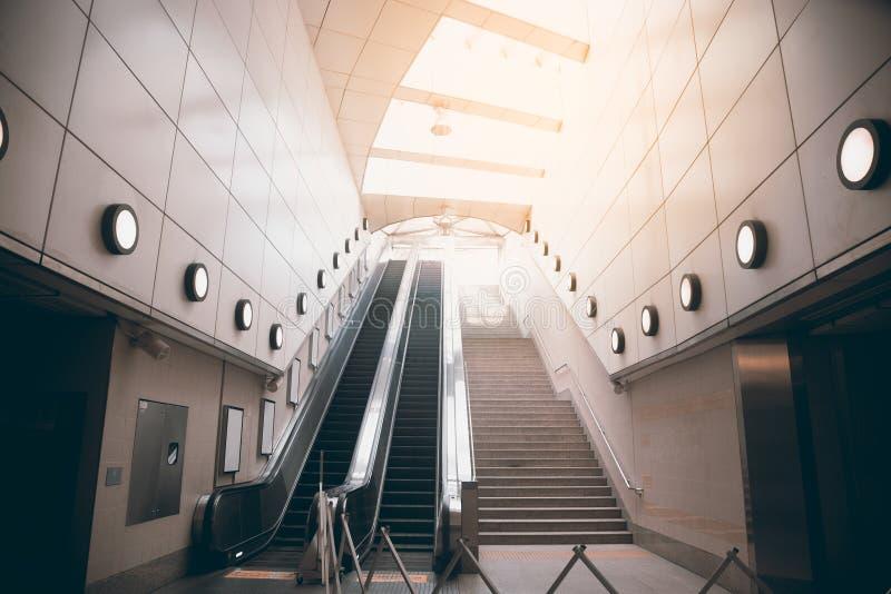 A escada rolante elétrica da plataforma está movendo staircas imagens de stock royalty free