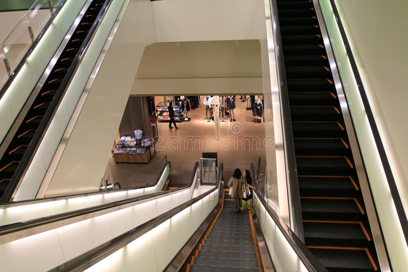 Escada rolante futurista no escritório moderno foto de stock