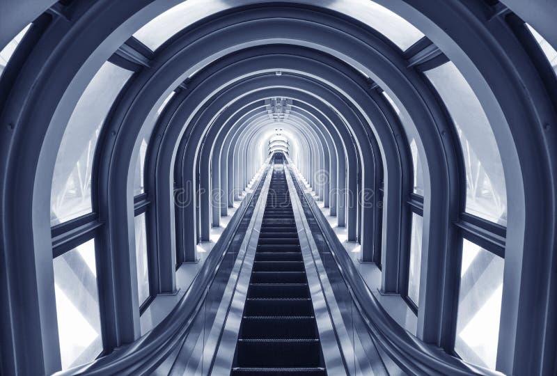 Escada rolante futurista no t?nel moderno fotografia de stock royalty free
