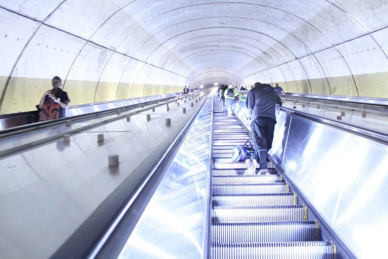 Escada rolante longa na estação de metro de Adams Morgan em Washington imagem de stock