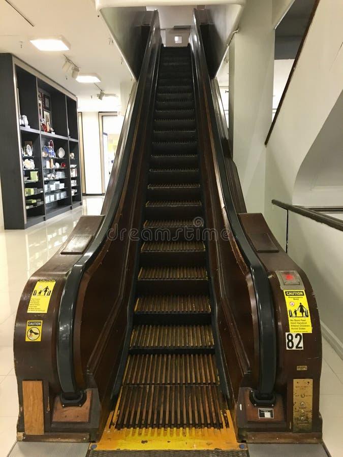 A escada rolante a mais estreita a mais velha com trilhos de madeira e etapas em uma alameda em New York imagem de stock