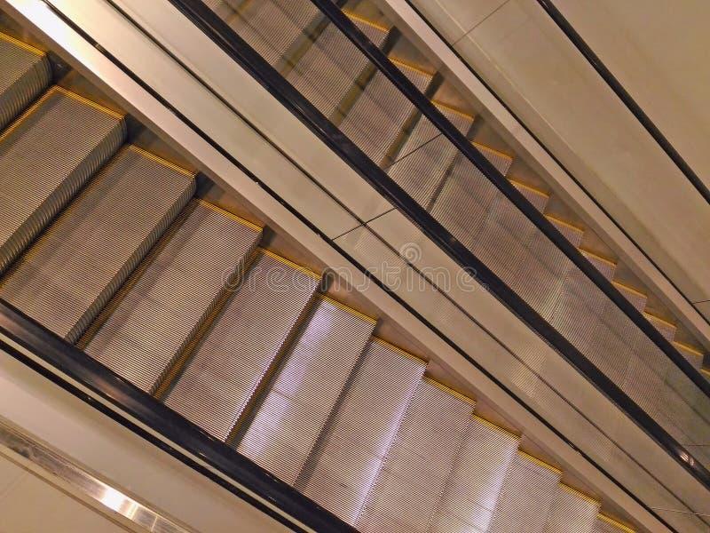 escada rolante moderna na alameda foto de stock
