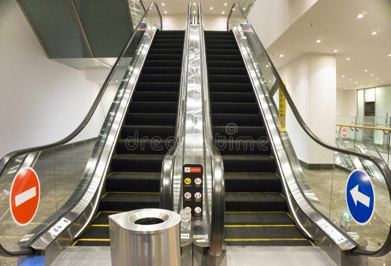 Escada rolante moderna no shopping imagens de stock royalty free