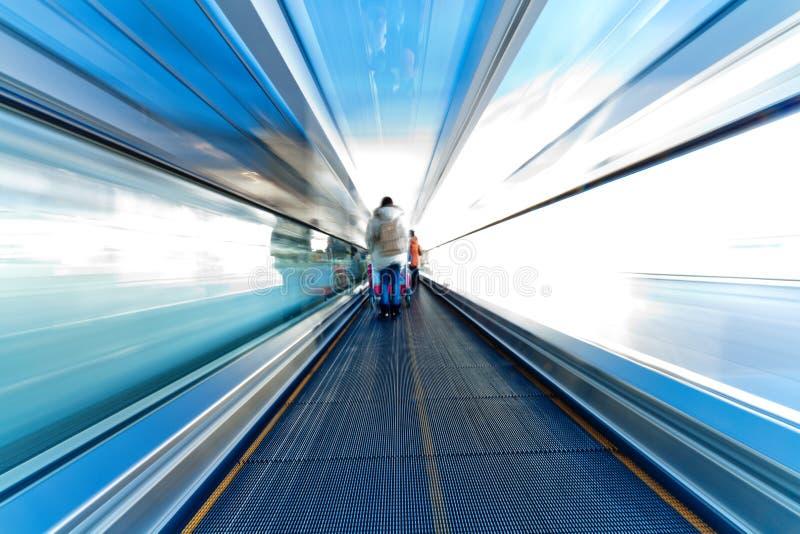Escada rolante movente no aeroporto imagem de stock royalty free