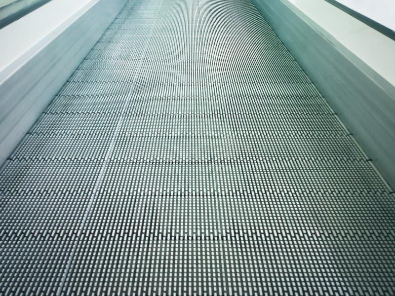 Escada rolante movente ou moderna do sistema eletrônico no shopping imagens de stock