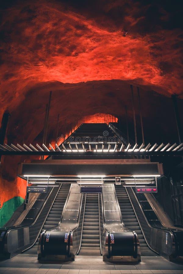 Escada rolante na estação de metro do centro de Solna em Éstocolmo, Suécia imagens de stock