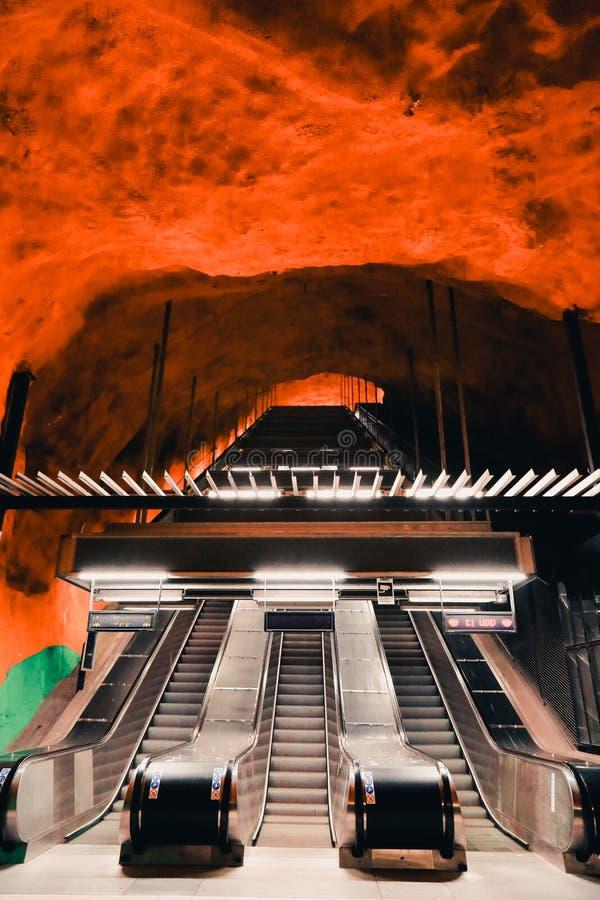 Escada rolante na estação de metro de Solna em Éstocolmo, Suécia fotografia de stock royalty free