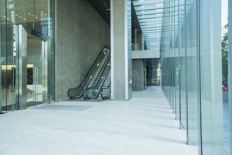 Escada rolante no edifício moderno foto de stock royalty free