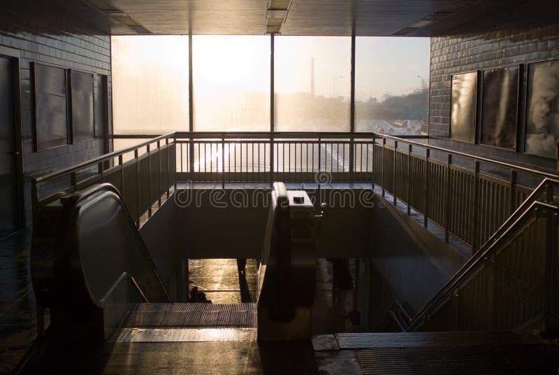 Escada rolante no estação de caminhos-de-ferro fotografia de stock