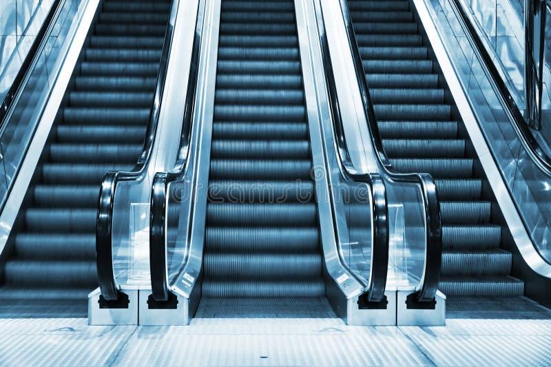 Escada rolante no interior moderno foto de stock royalty free
