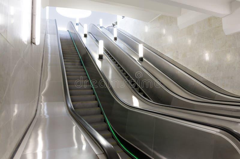 Escada rolante no metro de Moscou foto de stock royalty free