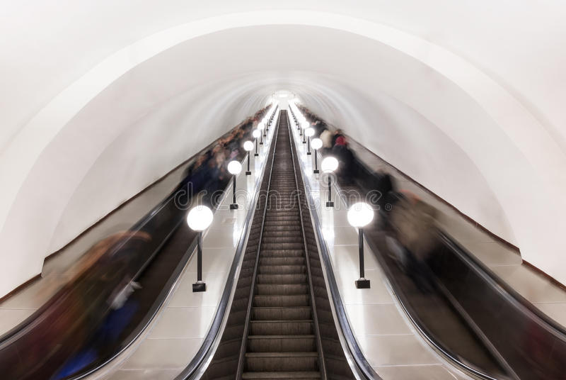 Escada rolante no metro de Moscou imagens de stock