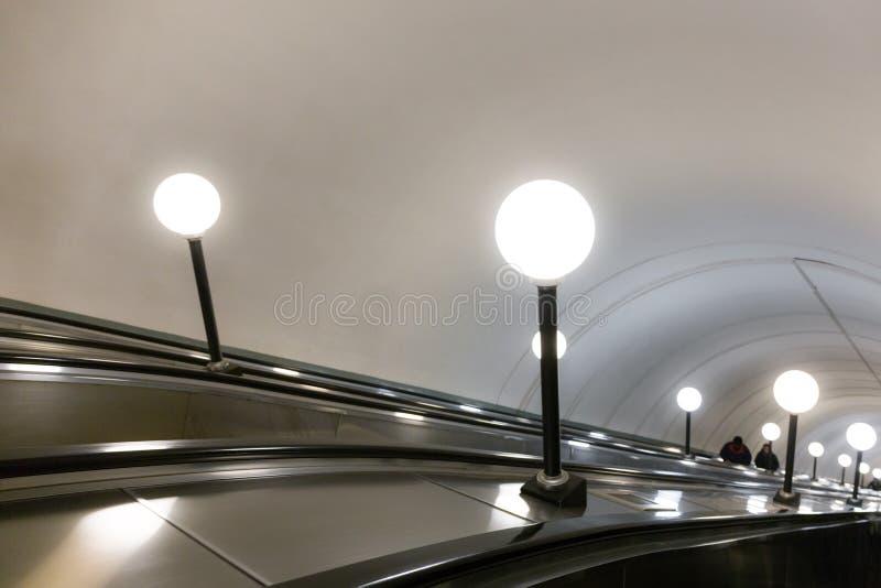 Escada rolante no metro de Moscou imagem de stock