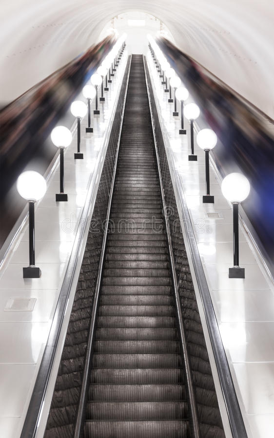 Escada rolante no metro de Moscou imagens de stock royalty free