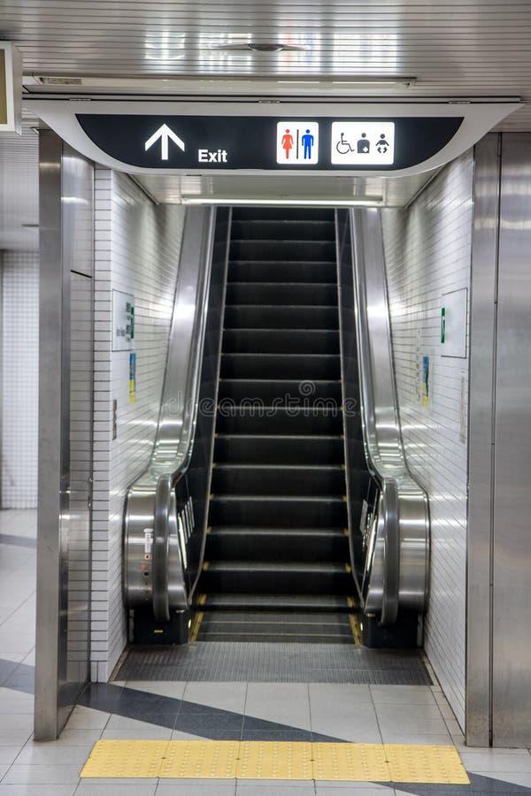 Escada rolante vazia da estação de metro fotografia de stock royalty free
