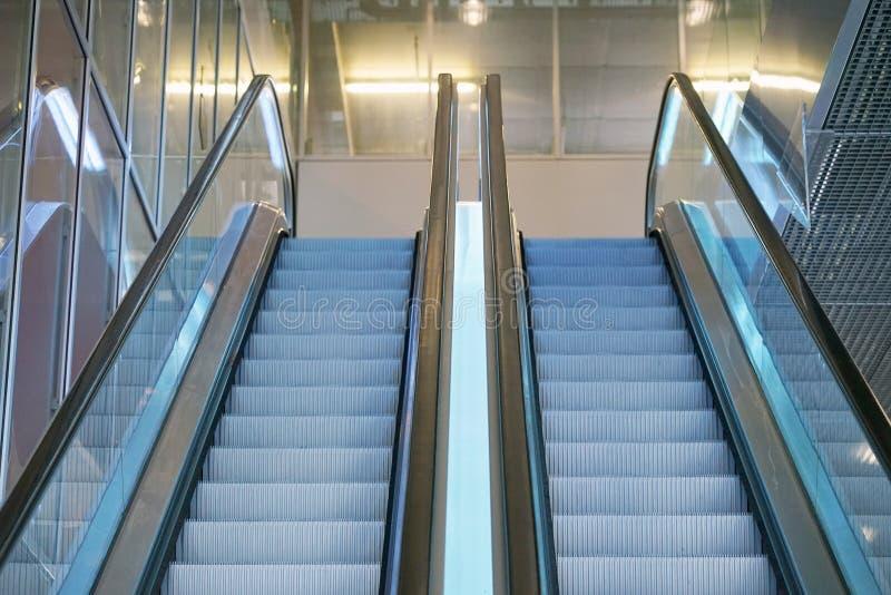 Escada rolante vazia dentro de uma construção de vidro fotos de stock royalty free