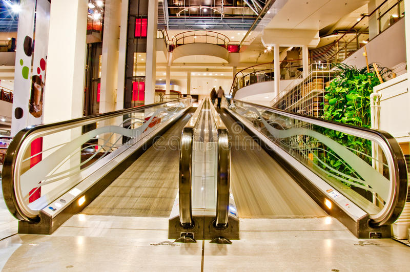 Escada rolante vazia lisa na alameda de compra imagens de stock royalty free