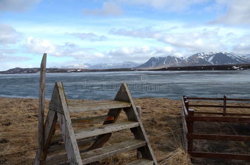 Escada sobre a cerca em Islândia imagens de stock royalty free