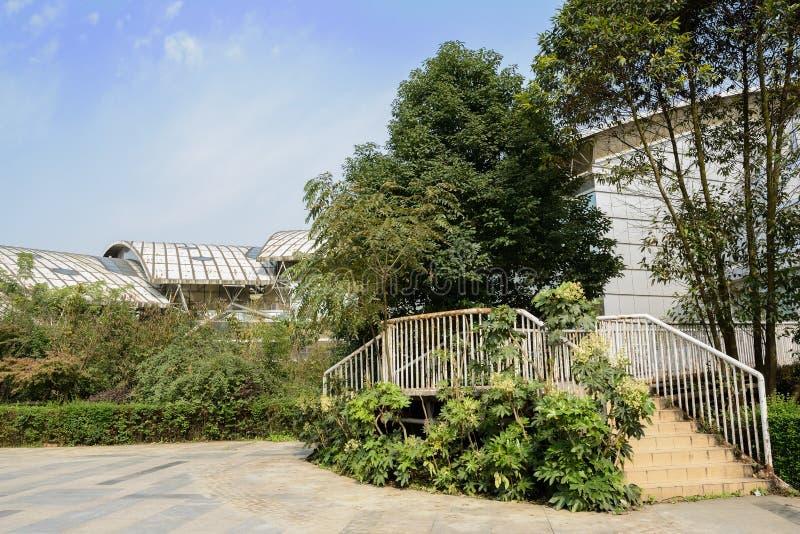 Escadaria à construção moderna contra o céu do blure imagem de stock royalty free