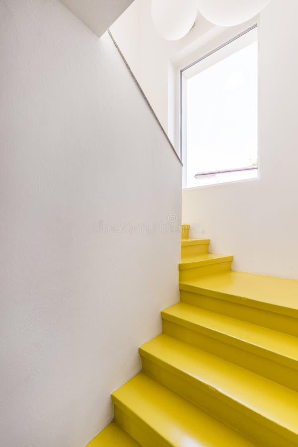 Escadaria amarela na casa minimalista foto de stock royalty free
