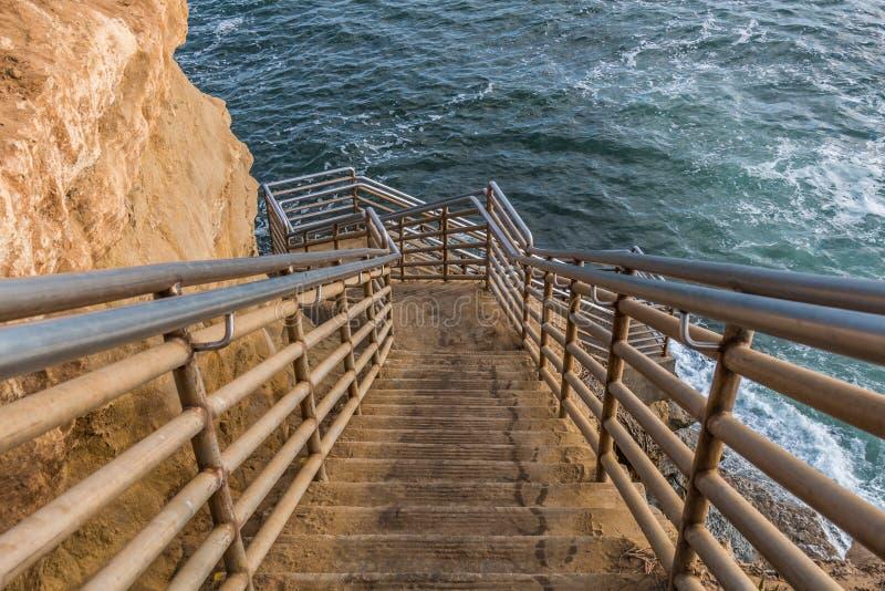 Escadaria ao oceano em penhascos do por do sol em San Diego fotos de stock