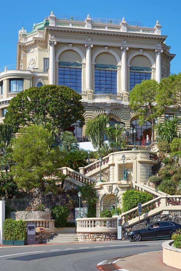 Escadaria com construção mediterrânea da vegetação e do casino em um dia ensolarado em Monte - Carlo, Mônaco fotografia de stock royalty free