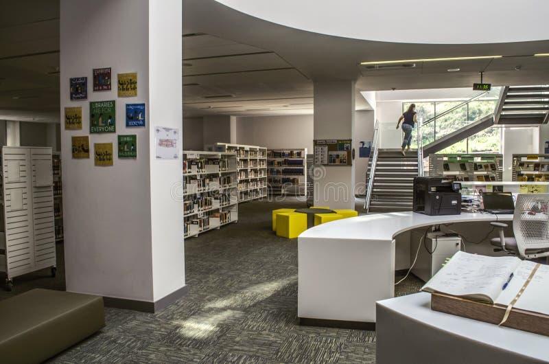 Escadaria, como parte do interior, sobre a grande janela entre as colunas na biblioteca que conduz ao assoalho superior no inter fotografia de stock