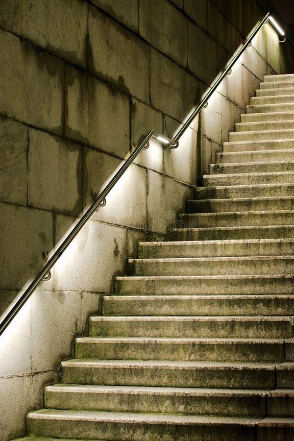 Escadaria concreta que é ascendente principal fotografia de stock