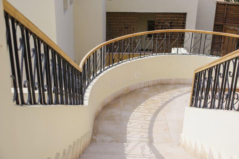 Escadaria curvada no shopping luxuoso imagem de stock