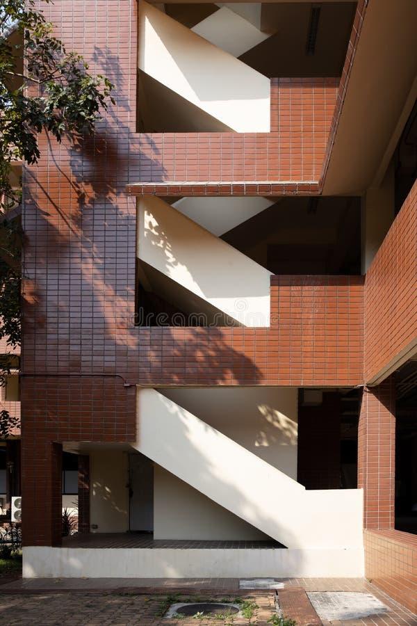 Escadaria da construção da telha com sombra da árvore imagem de stock royalty free