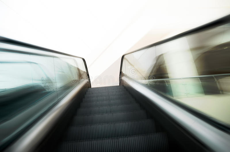 A escadaria das escadas rolantes dentro da construção moderna que vai acima zumbe dentro fotos de stock royalty free